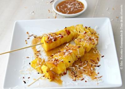 brochettes-d-ananas-grille-avec-sauce-au-caramel-de-noix-de-coco