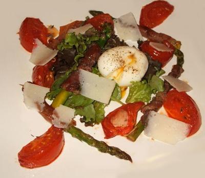 Salade d asperges poelees au jambon de italien tomates confites et oeuf mollet