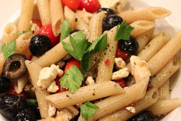 Salade de penne olives noires et tomates cœur de pigeon20150517