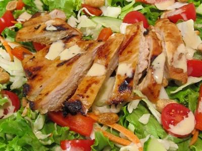 Salade de poitrine de poulet grille